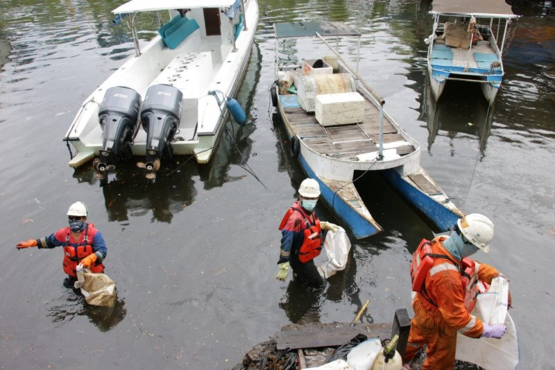 Pertamina MOR VII bersihkan tumpahan minyak di pantai Makassar