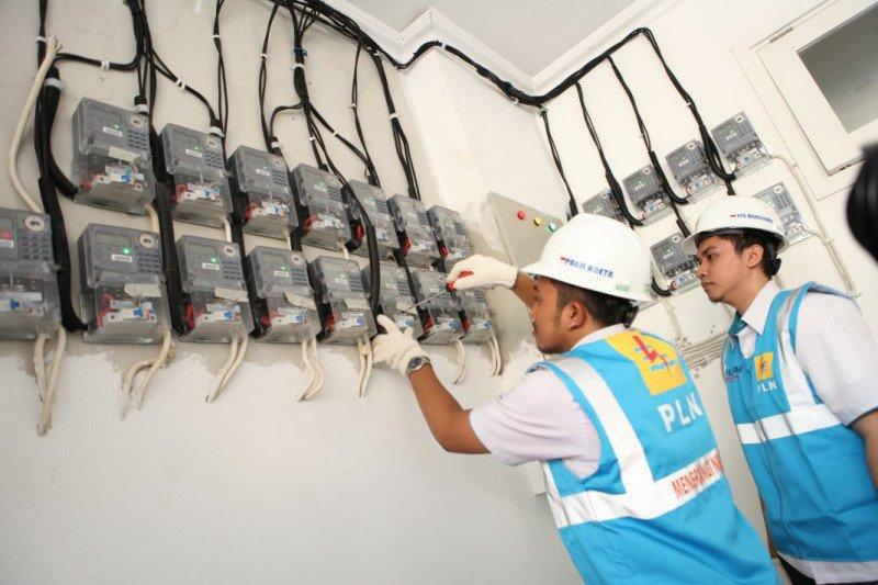 Petugas PLN kembali lakukan catat meter ke rumah pelanggan