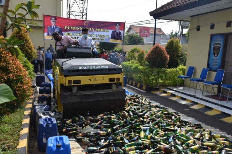 Polresta Cirebon memusnahkan ribuan botol minuman keras