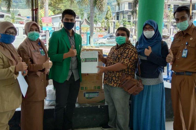 Tim KKN Tematik Kesehatan FK Unand sumbang APD bagi medis dan masyarakat