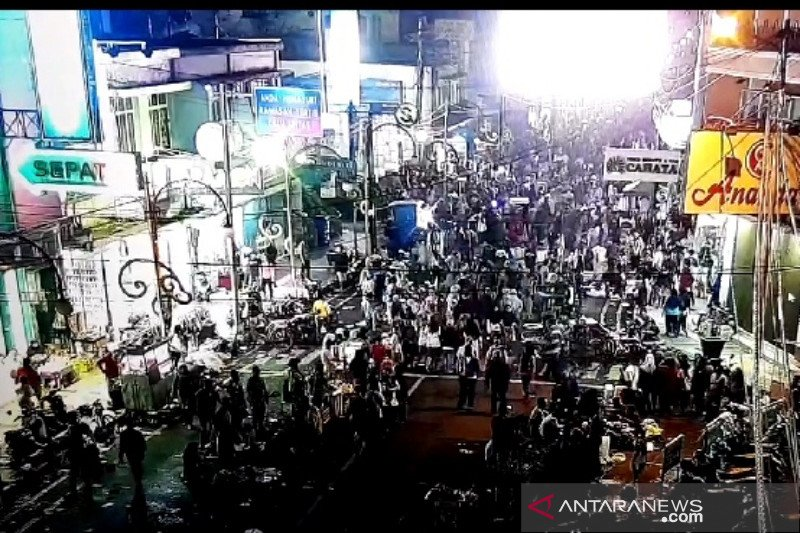 Warga Garut penuhi jalan-jalan protokol di malam Lebaran