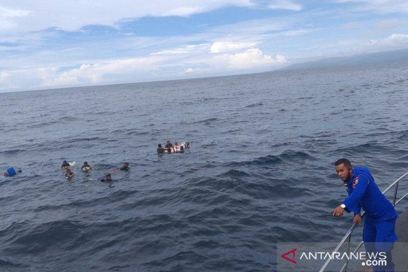 Kapal tenggelam diterjang ombak, Tim SAR temukan belasan ABK KM Samena 02 terapung di laut