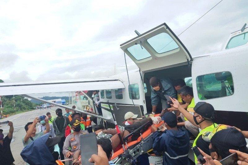 Seorang petugas kesehatan yang jadi korban KKB di Wandai dievakuasi ke Nabire