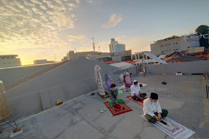 Para perantau termasuk dari Sulawesi laksanakan Shalat Id di atas atap indekos