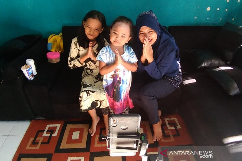 Warga di Garut silaturahmi virtual rayakan Idul Fitri di tengah COVID-19