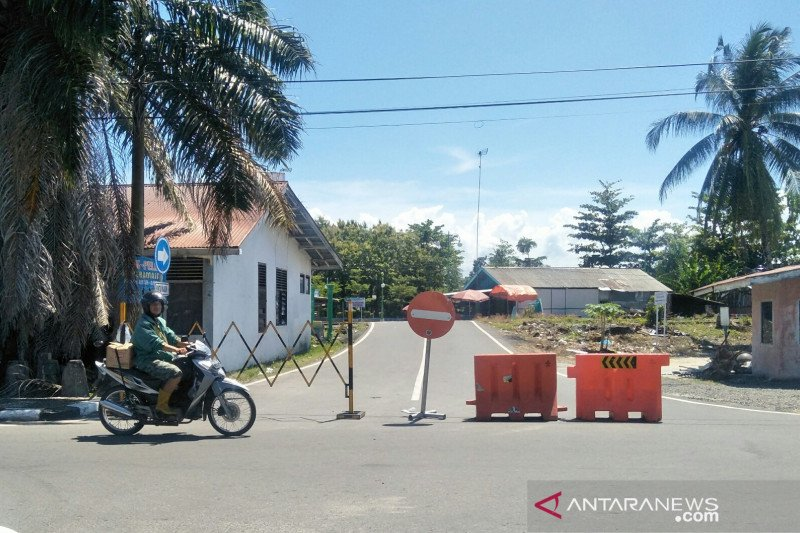 Apply PSBB, Government of Pariaman city installs a fence at tourist attraction entrance