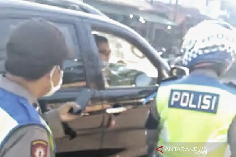 Oknum polisi tak pakai masker marahi polisi yang berjaga bahkan ajak berkelahi