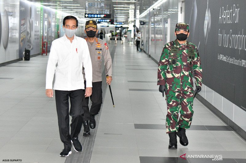 Minta warga patuhi PSBB, Presiden kerahkan TNI-Polri secara masif