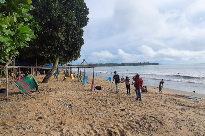 Sejumlah lokasi wisata pantai di Pandeglang tetap buka
