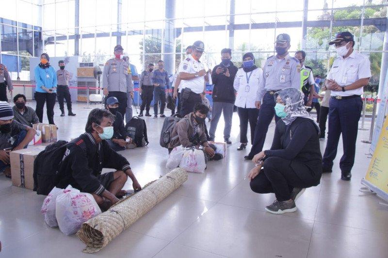 Petugas di Posko Pelabuhan Bakauheni periksa kelengkapan surat calon penumpang