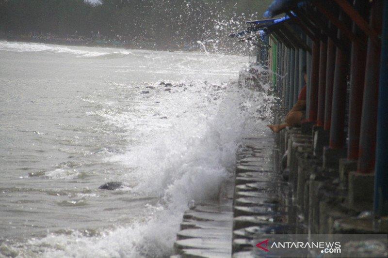 BMKG Majene ingatkan warga pesisir Sulbar waspadai potensi gelombang tinggi