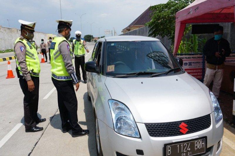 Polisi sekat kendaraan pemudik menuju Jakarta di jalur pantura