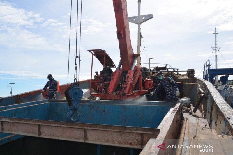 Cegah COVID-19, Lanal Ranai semprotkan disinfektan ke kapal kargo