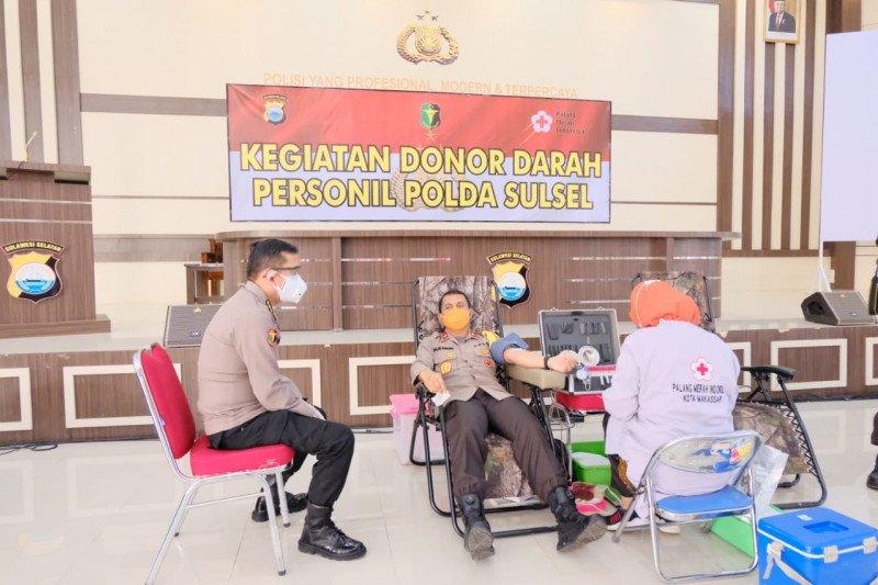 Polda Sulsel donorkan darah bantu kebutuhan stok PMI