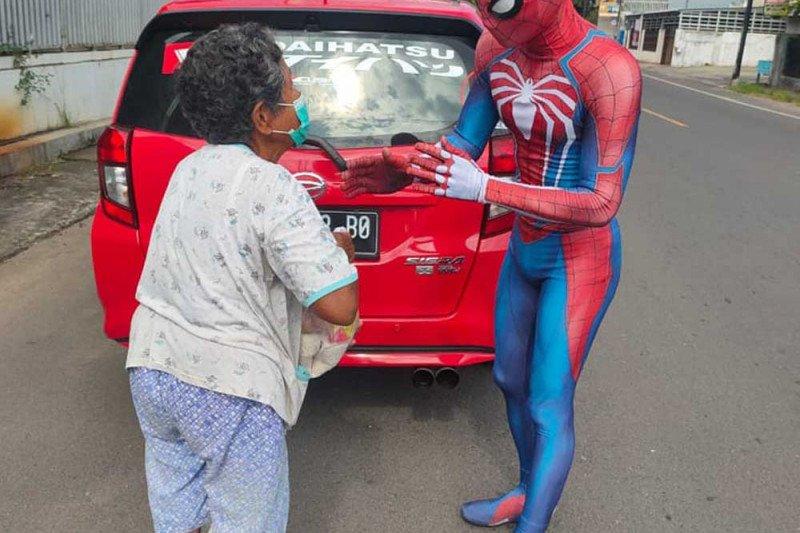 "Kisah ""Spiderman Manado"" berkeliling bantu sesama terdampak COVID-19"