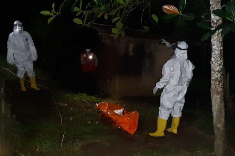 Tim URC COVID-19 evakuasi jenazah pria tanpa identitas