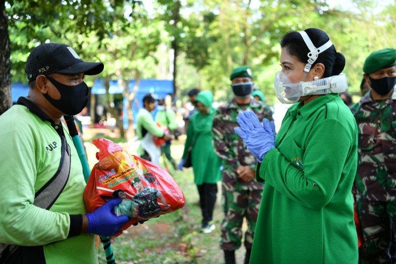Ibu Hetty Andika Perkasa beri bantuan paket sembako perawat makam