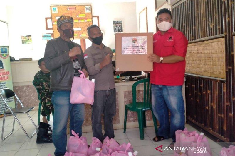 PDI Perjuangan Garut bantu kebutuhan pangan warga yang desanya diisolasi