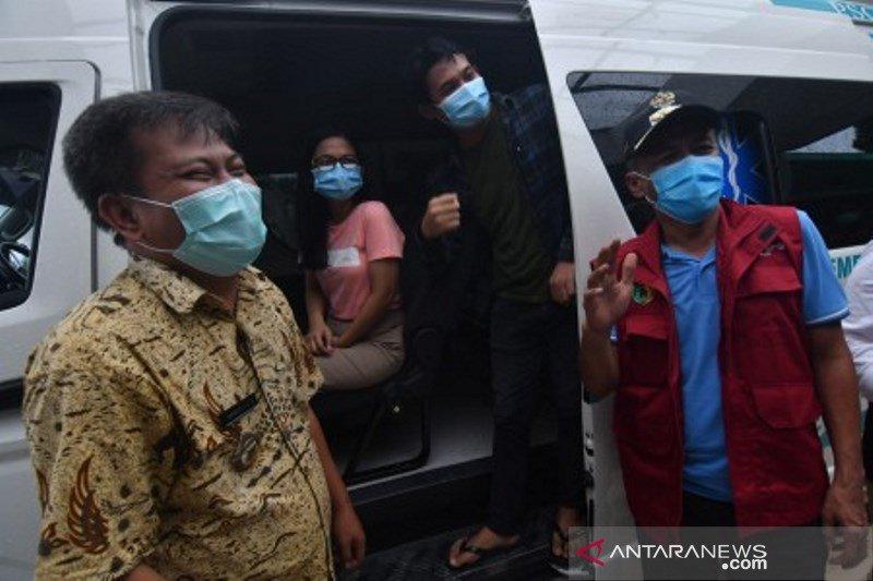 Walikota Palu dan Direktur RSUD Madani bersama dua pasien yang sembuh dari COVID-19