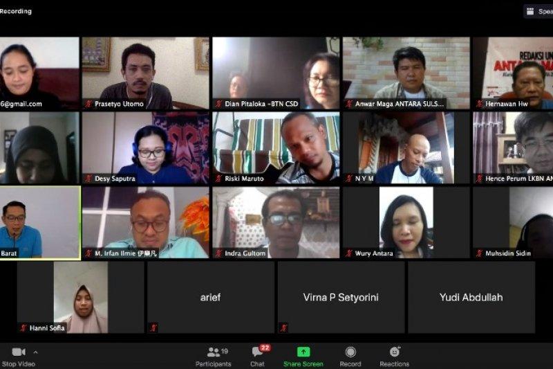 Gubernur  Jabar bicara penanganan COVID-19 dengan wartawan ANTARA