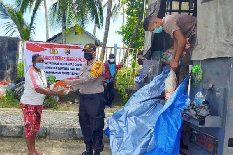 Polres Supiori distribusikan 10 ton beras Mabes Polri ke warga terdampak COVID-19