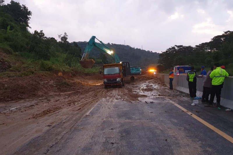 Tanah longsor timbun ruas Tol Semarang-Solo