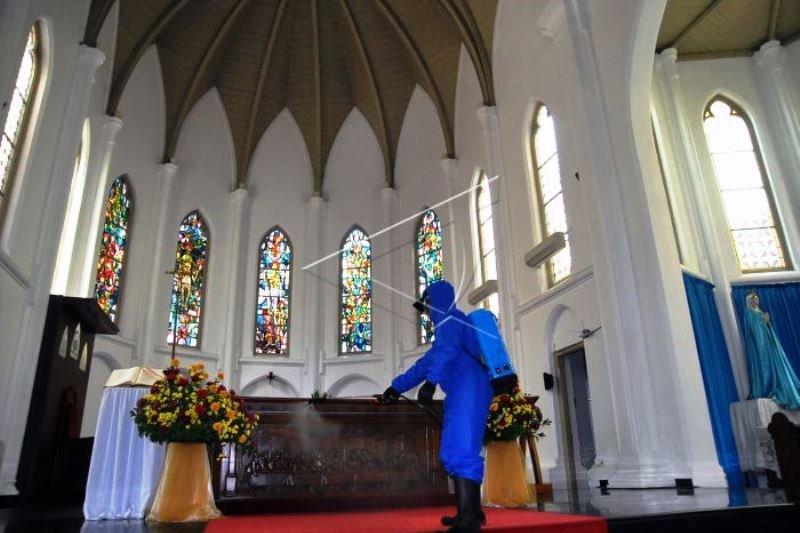 Persiapan jelang Ibadah Di Gereja Katedral