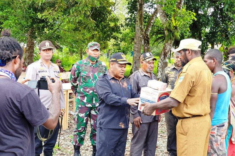 Pemkab Puncak Jaya bersama TNI/Polri salurkan bantuan sembako tiga distrik