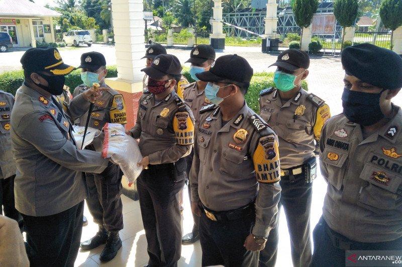 Polres Padang Pariaman bagikan 10 ton beras untuk warga terdampak COVID-19