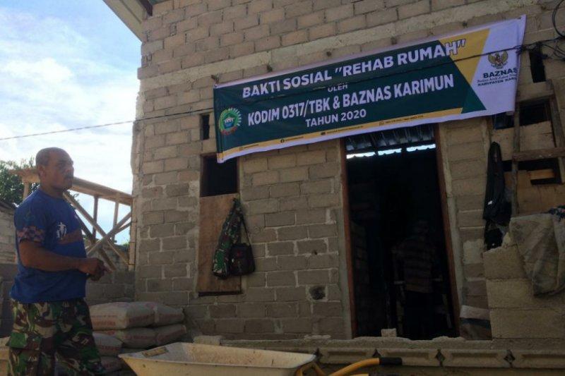 Baznas Karimun bersama TNI rehabilitasi rumah tidak layak