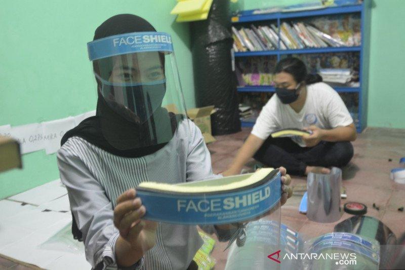 Mahasiswa Lampung produksi face shield dengan kocek pribadi