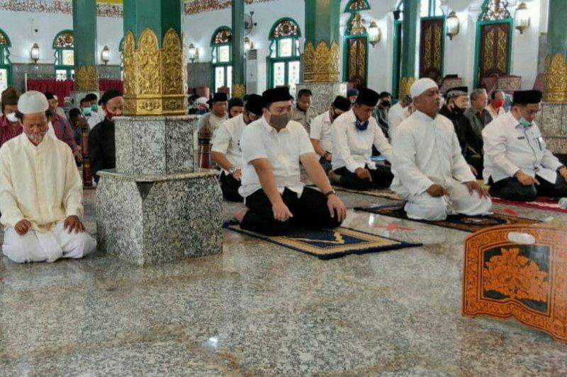 Masjid Agung Palembang laksanakan sholat zuhur berjamaah, Kemenag sebut tak pernah tutup masjid
