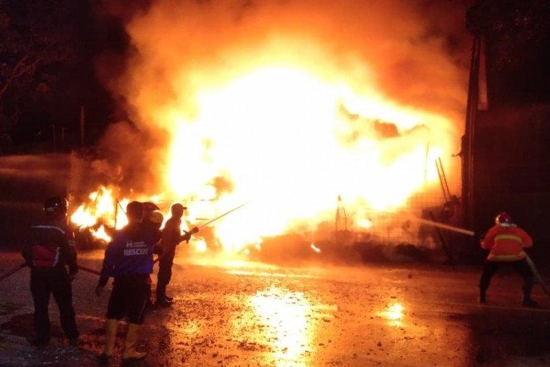 Gudang ban terbakar dengan kerugian ditaksir Rp1 miliar