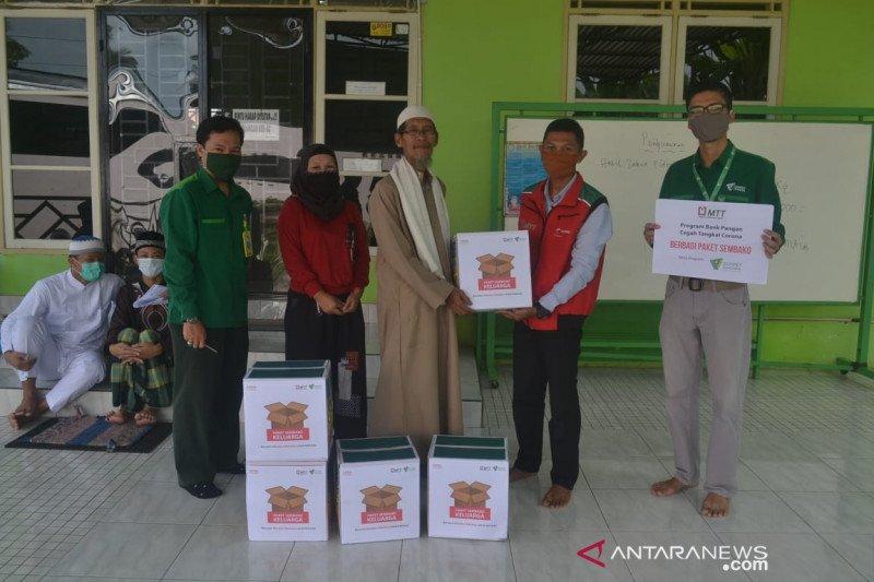 Dompet Dhuafa Sumsel-Majelis Telkomsel bagi paket sembako untuk guru ngaji