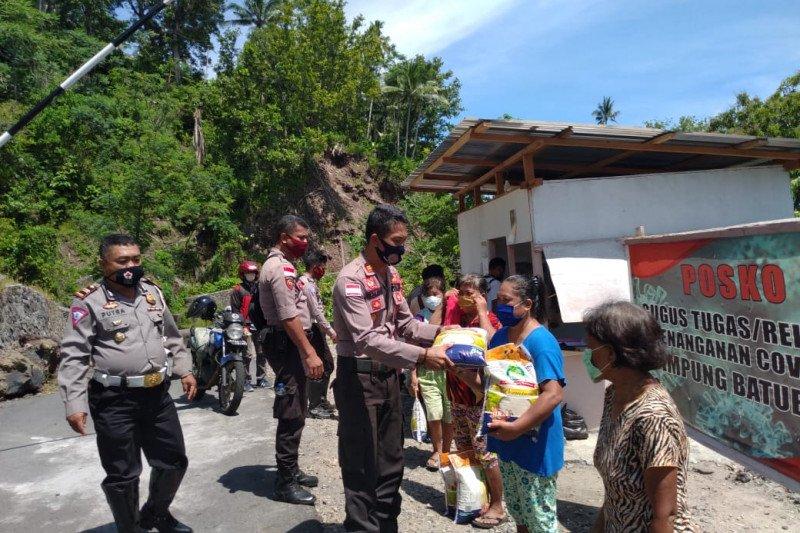 Polres Sitaro bagi-bagi beras di Kampung Batubulan
