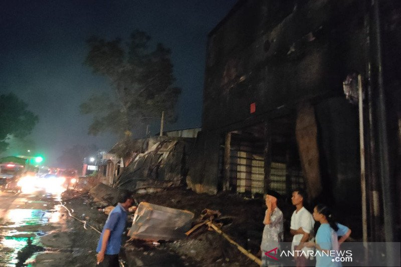 Gudang ban terbakar di Kudus baru padam setelah 11 jam