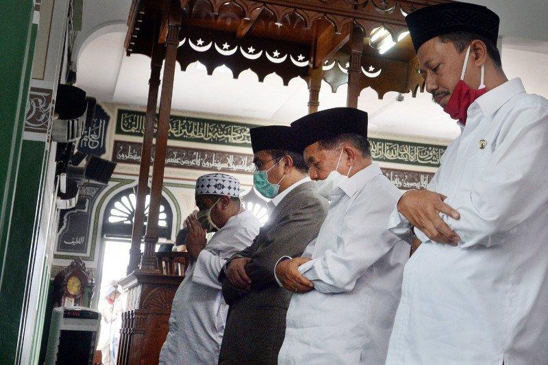 Jusuf Kalla dan sejumlah tokoh salat Jumat perdana di Masjid Al-Azhar