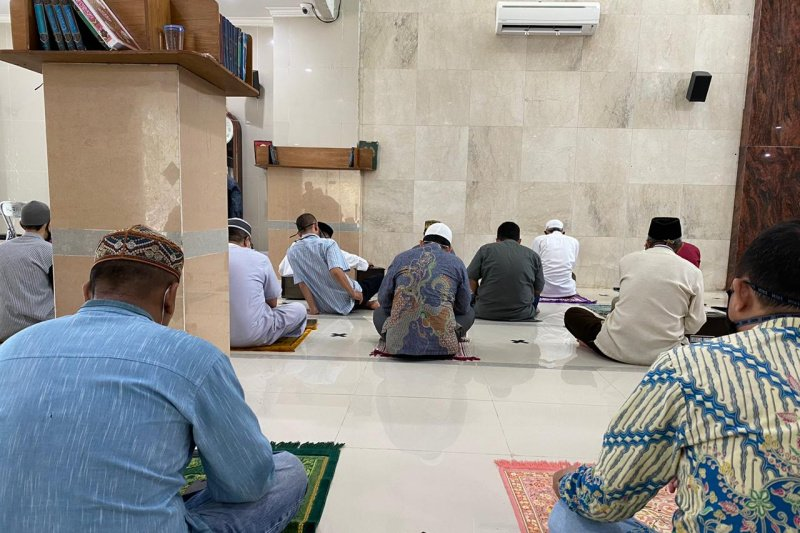 Mosques in Banjarmasin perform Friday Prayer