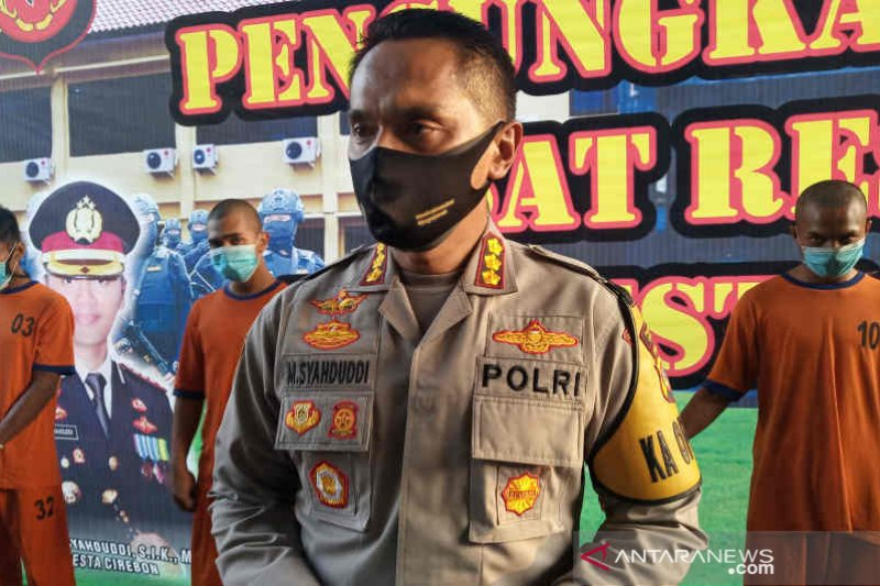 Densus 88 menangkap seorang terduga teroris di Cirebon