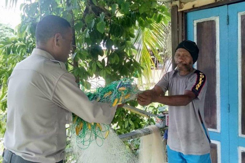 Binmas Polres Supiori berikan bantuan jala ikan ke nelayan