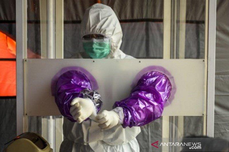 Petugas medis mempersiapkan APD sebelum Rapid dan Swab Test ASN