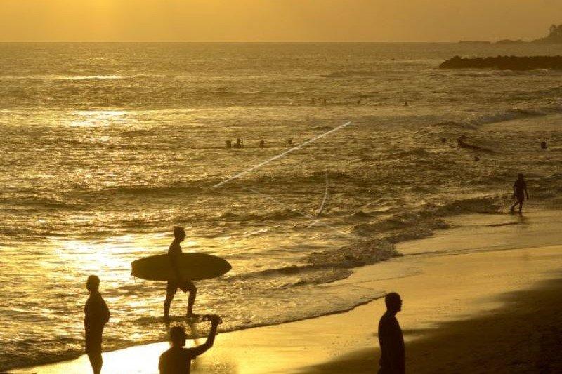 Wisatawan Tetap Kunjungi Pantai Meski Ditutup