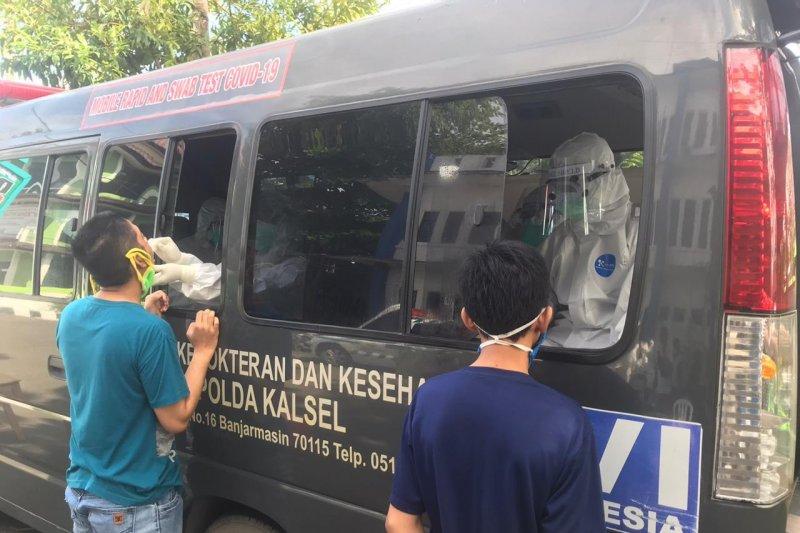 Bid Dokkes Polda Kalsel tes swab PCR  313 warga Banjarmasin