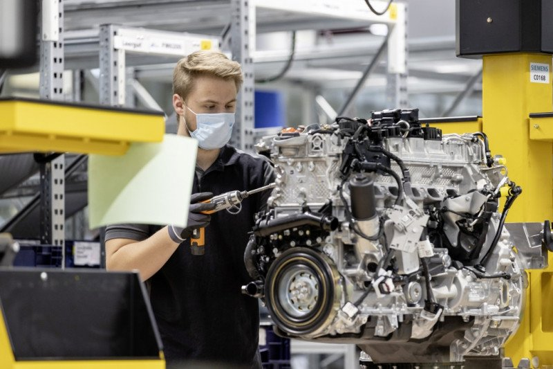 Seluruh pabrik Mercedes-Benz kembali beroperasi