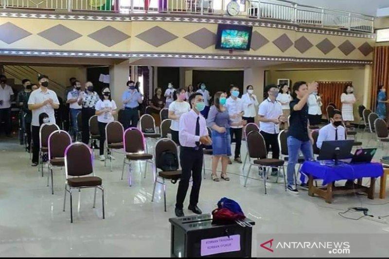 Umat Nasrani di Touna mulai ibadah di Gereja dengan protokol normal baru
