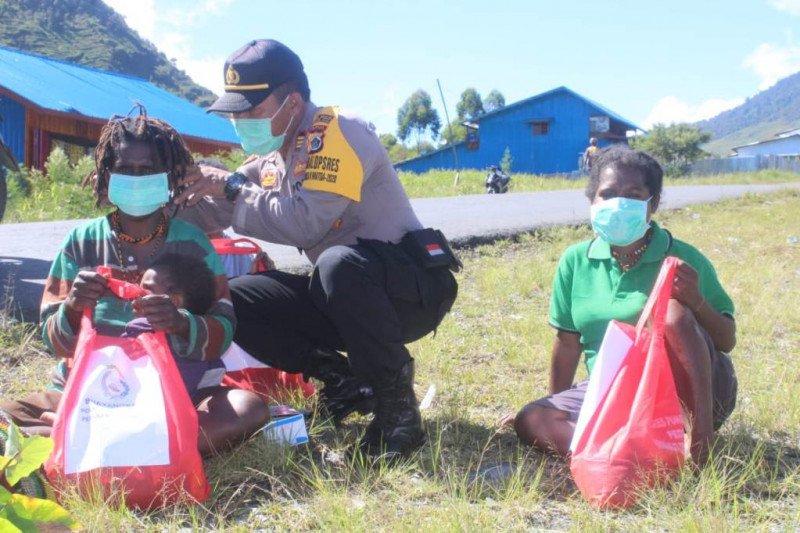 Bhayangkari Puncak Jaya bagikan bahan pokok dan masker kepada warga