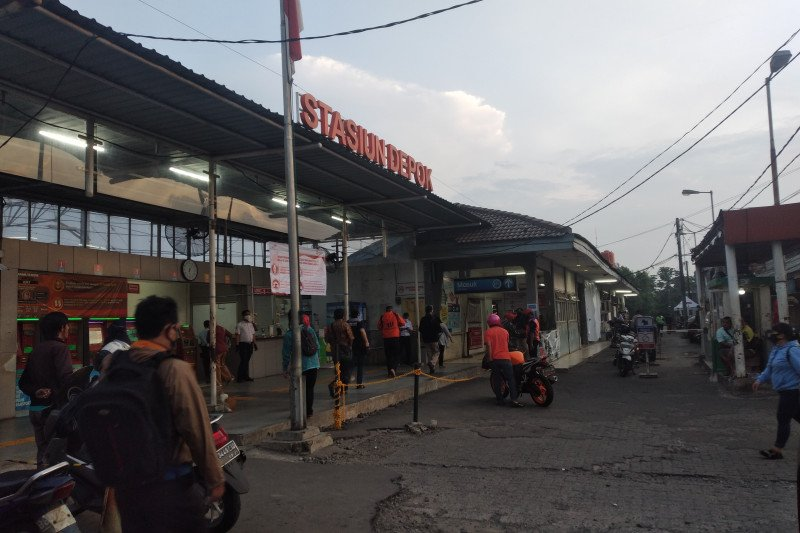 Tidak terlihat antrean panjang penumpang KRL di Stasiun Depok