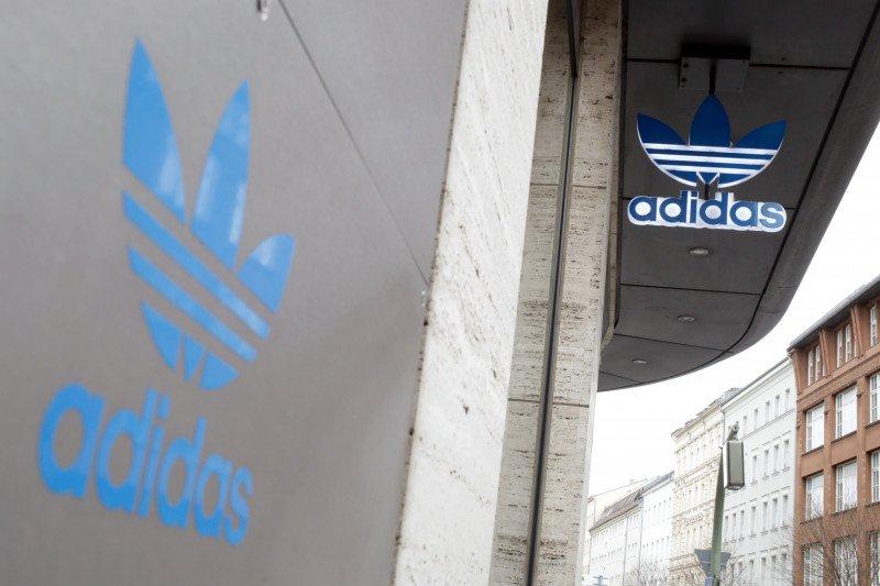 Benarkah Adidas bagi-bagi sepatu gratis?