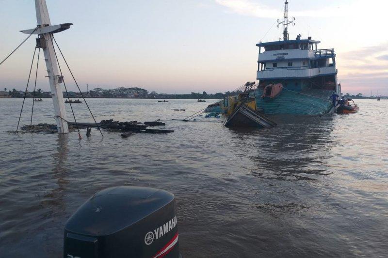Kapal pengangkut 1.100 ton pupuk urea dari Palembang karam di Sungai Kapuas