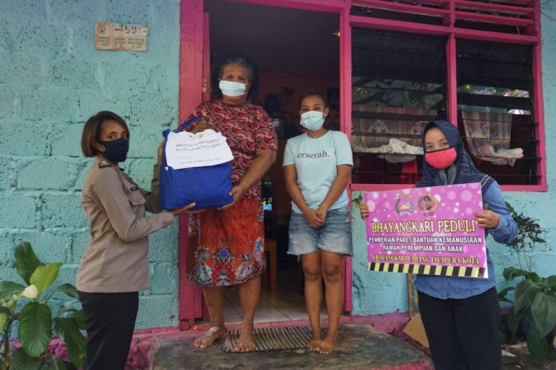 Bhayangkari Cabang Jayapura Kota bagikan sembako warga terdampak COVID-19